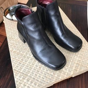 Santana Canada black leather ankle boots. Size 6.5